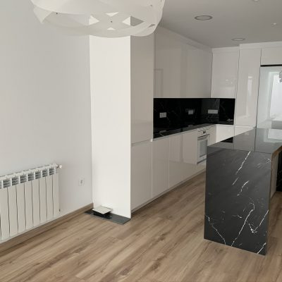 barra-cocina-calefaccion-luz-iluminacion-piso-blanco-negro-casa-medianeras-castellon-valencia.jpeg