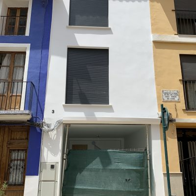 casa-hecha-terminada-piso-tres-blanco-fachada-resultado-final-casa-medianeras-castellon-valencia-1.jpeg