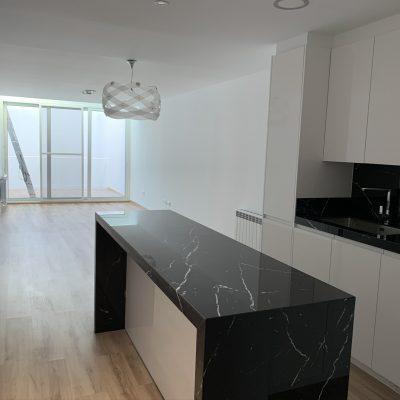 cocina-barra-comedor-luz-lámpara-blanco-negro-granito-casa-medianeras-castellon-valencia.jpeg