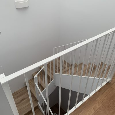 escaleras-otro-angulo-blanco-hierro-casa-medianeras-castellon-valencia.jpeg