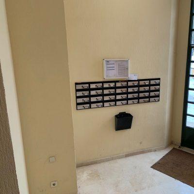 pared-entrada-portal-buzones-felpudo-pinto-colonial-madrid.jpg